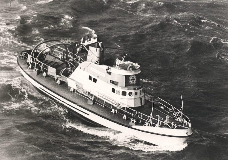 Seenotrettungskreuzer ADOLPH BERMPOHL der Deutschen Gesellschaft zur Rettung Schiffbrüchiger (DGzRS) wird am Morgen nach dem Unglück vom 23. Februar 1967 beschädigt in der Nordsee treibend aufgefunden und eingeschleppt.