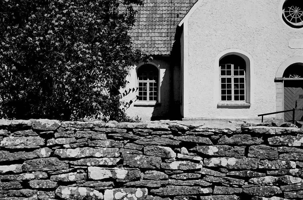 Kirche auf Fårö mit Bergmanns Grab   © mare.photo